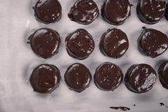 Le chocolat a couvert des biscuits de Noël Images stock