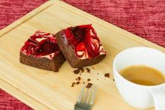 Le chocolat a couvert des 'brownie' de fraise Images stock