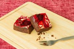 Le chocolat a couvert des 'brownie' de fraise Images libres de droits