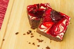 Le chocolat a couvert des 'brownie' de fraise Image stock