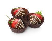 Le chocolat a couvert des fraises sur le fond blanc Photographie stock libre de droits