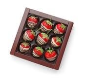 Le chocolat a couvert des fraises sur le fond blanc, vue supérieure Photos libres de droits