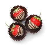 Le chocolat a couvert des fraises sur le fond blanc, vue supérieure Images stock