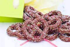 Le chocolat a couvert des pretzels images stock
