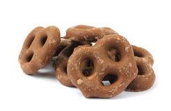 Le chocolat du lait a couvert des pretzels image stock