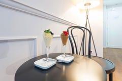 Le chocolat et la glace à la vanille ont servi sur une table dans la chambre d'hôtel Photo stock