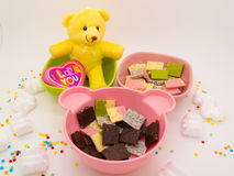 Le chocolat et la poupée décorent le thème roman et gentil image stock