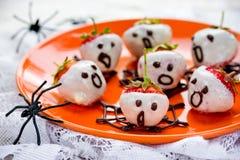Le chocolat facile a plongé des fantômes de fraise pour Halloween Photo stock