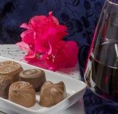 Le chocolat fleurit des verres de vin rouge Photos stock