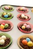 Le chocolat Pâques niche environ pour entrer dans le four Photos libres de droits