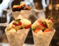 Le chocolat a plongé des fraises par Godiva sur l'affichage dans Macy's Herald Square images stock