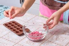 Le chocolat rose prêt pour fondre aux coeurs forment Photos libres de droits