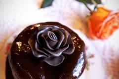 Le chocolat s'est levé sur un dessus de gâteau Photographie stock libre de droits