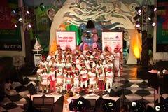 Le choeur chante des chansons de Noël Photos stock