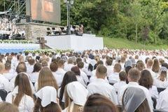 Le choeur chrétien des jeunes hommes et les filles en parc chantent des chansons chrétiennes et améliorent Dieu photos libres de droits