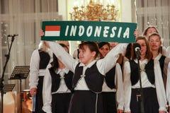 Le choeur des enfants chantent la chanson de l'Indonésie dans le château de Prague Images stock