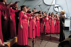 Le choeur glorieux chantent en choeur l'exécution sous tension Photographie stock libre de droits