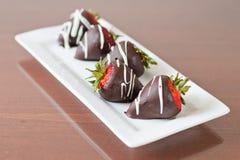 Le cholate foncé a couvert des fraises Photos stock
