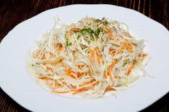 Le chou et la salade fait maison et croustillant de carotte est fait d'une manière traditionnelle et décoré des herbes et des poi photos stock