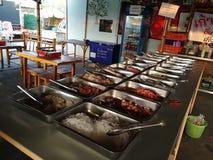 Le chou, la gloire de matin, le céleri, le légume, la nouille, les oeufs et le repas dans le buffet rayent la nourriture image stock