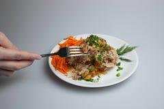 Le chou paresseux prêt roule, des boulettes de viande sur un plat blanc Photo stock