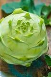 Le chou-rave vert frais avec le vert laisse tout préparé Photos stock