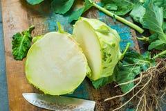 Le chou-rave vert frais avec le vert laisse tout préparé Images libres de droits