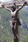 Le Christ Jésus s'arrête sur une croix en bois Images libres de droits