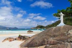 Le Christ le rédempteur sur la plage Aventueiro, mamie d'Ilha Image libre de droits