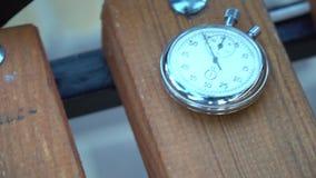 Le chronomètre se trouve sur le banc, concept de décalage de temps clips vidéos
