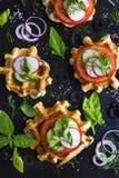 Le cialde saporite con formaggio, il prosciutto, olive ed erbe, sono servito con la f Immagine Stock