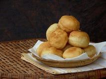 Le ciambelle casalinghe hanno riempito di marmellata d'arance o di cioccolato, scorrevole piegato Fotografia Stock