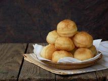 Le ciambelle casalinghe hanno riempito di marmellata d'arance o di cioccolato, scorrevole piegato in un baske Fotografia Stock Libera da Diritti