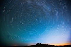 Le ciel étoilé ce pirouettes la nuit Photo stock