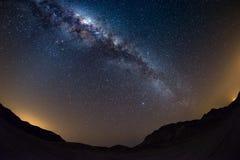 Le ciel étoilé et la manière laiteuse arquent, avec des détails de son noyau coloré, éminemment lumineux, capturé du désert de Na Photo libre de droits