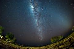 Le ciel étoilé et la manière laiteuse arquent, avec des détails de son noyau coloré, éminemment lumineux, capturé du désert de Na Image stock
