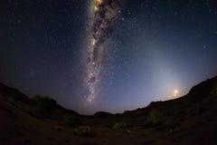 Le ciel étoilé et la manière laiteuse courbent, éminemment lumineux, avec la lune en hausse, capturée du désert de Namib en Namib Photo stock