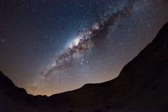 Le ciel étoilé et la manière laiteuse courbent, avec des détails de son noyau coloré, éminemment lumineux, capturé du désert de N Image libre de droits