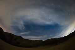 Le ciel étoilé sur les Alpes, vue ultra large de fisheye Photos libres de droits