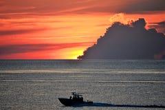 Le ciel allume une couleur orange pendant que le lever de soleil se casse au-dessus de l'horizon Photographie stock libre de droits
