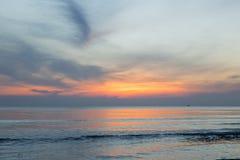 Le ciel au coucher du soleil sur la plage Photos stock
