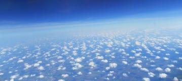 Le ciel avec des nuages La vue supérieure sur des nuages Photo stock