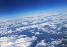 Le ciel avec des nuages La vue supérieure sur des nuages Photographie stock