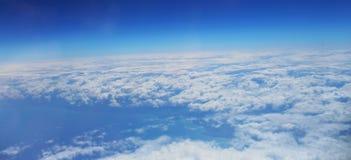 Le ciel avec des nuages La vue supérieure sur des nuages Photos libres de droits