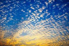 Le ciel avec les nuages et le soleil, coucher du soleil de cumulus opacifie avec le soleil Photo libre de droits