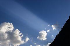 Le ciel avec les nuages et le soleil rayonne au coucher du soleil Photographie discrète Images stock
