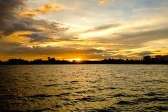 Le ciel avec les nuages et le soleil, coucher du soleil de cumulus opacifie avec l'arrangement du soleil Image libre de droits