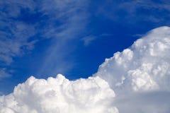 Le ciel avec les nuages et le soleil, coucher du soleil de cumulus opacifie avec l'arrangement du soleil Images libres de droits