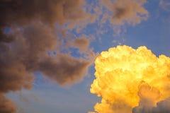 Le ciel avec les nuages et le soleil, coucher du soleil opacifie Photo stock