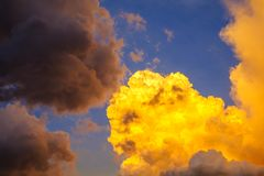 Le ciel avec les nuages et le soleil, coucher du soleil opacifie Photo libre de droits